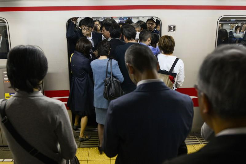 満員電車で毎朝通勤する従来の形態から変わりつつある bloomberg