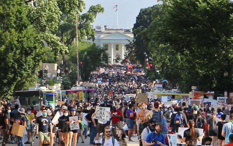 ホワイトハウス前の路上を埋めた抗議デモ参加者=ワシントンで2020年6月6日、高本耕太撮影