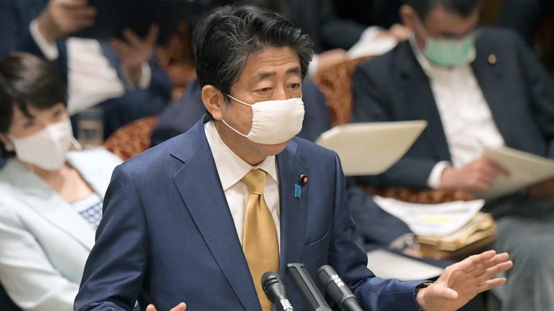 参院決算委員会で新型コロナウイルスの緊急対策について答える安倍晋三首相=国会内で2020年6月15日、竹内幹撮影