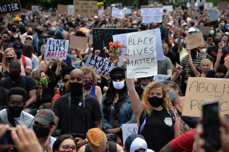 数千人が参加したジョージ・フロイドさんの追悼式=米ニューヨークで2020年6月4日、隅俊之撮影