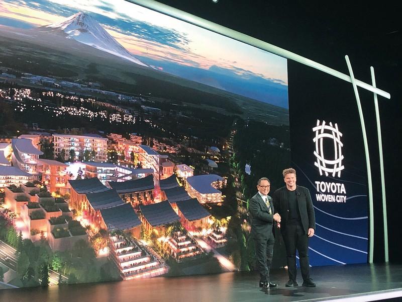 CESの開幕前イベントで実験都市「WovenCity」を発表するトヨタ自動車の豊田章男社長(左)とデンマーク出身の著名建築家ビャルケ・インゲルス氏(米ラスベガスで)