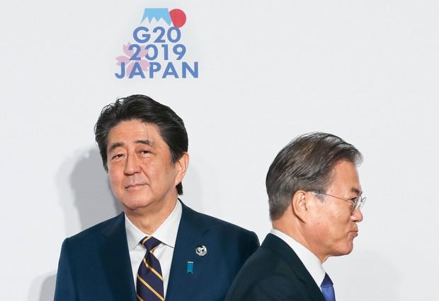 日韓の首脳。ハイテク産業に「ナショナリズム」という突風が吹きあれる(Bloomberg)