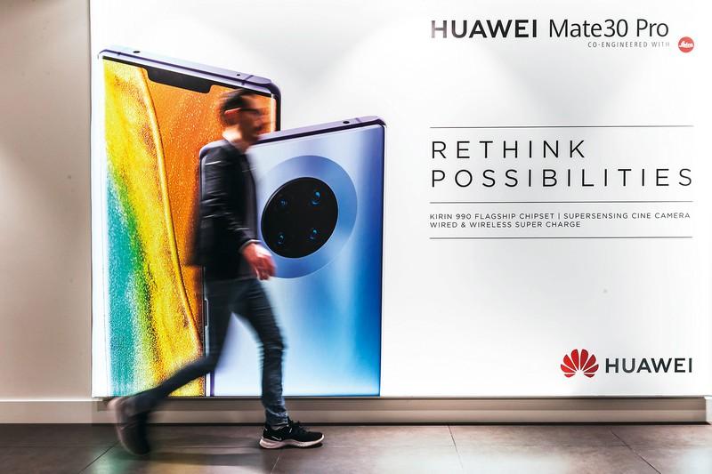 ファーウェイの高級スマホの広告。台湾からの半導体供給が止まれば苦境に。ベルギー・ブリュッセルで (Bloomberg)