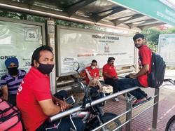 封鎖中、人々の生活を支えた「ゾマト」の宅配員 NNA撮影