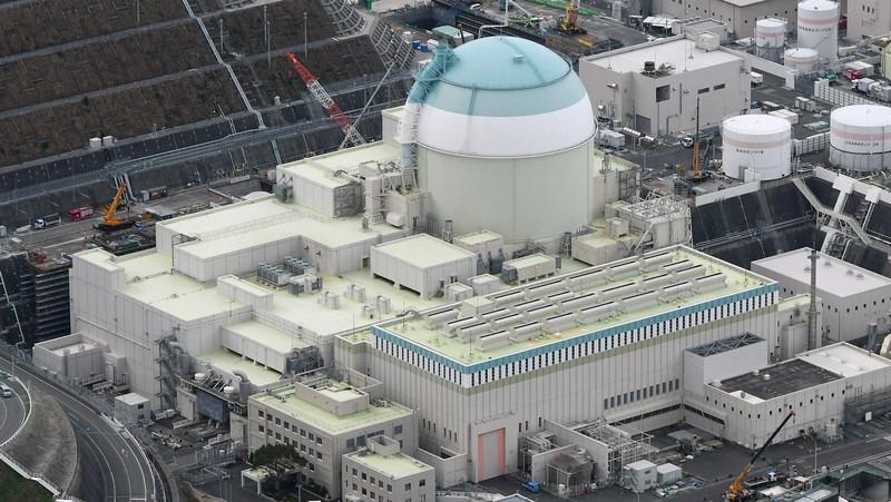 使用済みMOX燃料を取り出した四国電力伊方原発3号機=愛媛県伊方町で2020年1月13日、本社ヘリから大西達也撮影