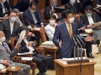 参院決算委員会で「持続化給付金」事業の給付状況についての質問に答える安倍晋三首相=国会内で2020年6月15日、竹内幹撮影