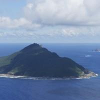尖閣諸島・魚釣島。右奥は(左から)北小島、南小島=2012年9月14日午後1時8分、本社機「希望」から
