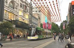人口当たりの陽性判明者数を低位に抑えているオーストラリア(メルボルンの都心商店街、2018年12月20日、筆者撮影)