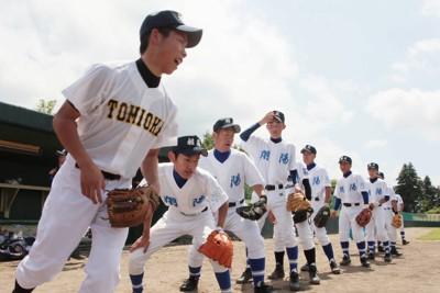 それぞれの学校のユニホーム姿で試合に臨む福島県沿岸部・被災3校の合同チーム「相双連合」の選手たち=福島県小野町で2011年7月2日午前10時、岩下幸一郎撮影