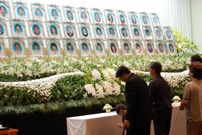震災で49人が犠牲となった石巻市職員の追悼式で、献花する遺族たち=宮城県石巻市大街道で2011年7月3日、石川忠雄撮影