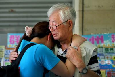 ろう者たちには防災無線の津波警報が聞こえない。津波後、初めて再会し泣きながら抱き合う手話サークルのメンバーたち=神奈川県茅ケ崎市で2011年7月4日、森田剛史撮影