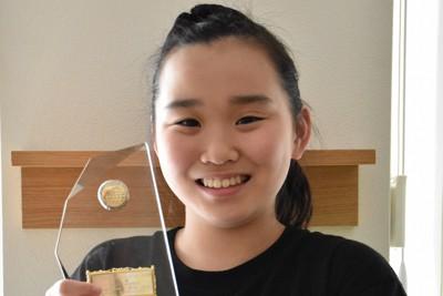 大賞の盾を手に笑顔を見せる前田海音さん=札幌市中央区で2020年6月11日、菊地美彩撮影