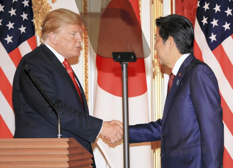 日米首脳会談後の共同記者会見を終え握手を交わすトランプ米大統領(左)と安倍晋三首相=東京・元赤坂の迎賓館で2019年5月27日午後3時43分、梅村直承撮影