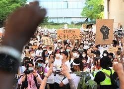 米国の黒人男性暴行死事件をきっかけにした人種差別抗議デモで、声を上げる参加者たち=大阪市北区で2020年6月7日午後5時8分、北村隆夫撮影