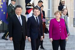 メルケル独首相(右)、マクロン仏大統領(中央)は習近平国家主席(左)の中国に警戒を強める(Bloomberg)