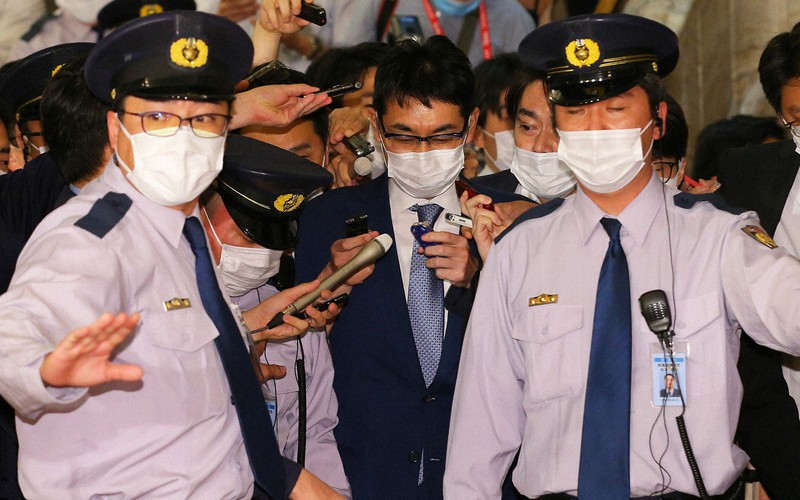 河井克行・前法相(中央)夫妻逮捕の衝撃は大きく、安倍晋三首相には厳しい夏となる(国会内で6月17日)