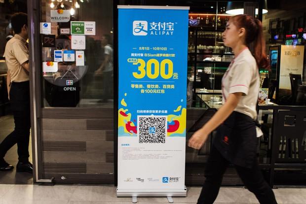 デジタル人民元は既存のQRコード決済加盟店でも使えるようになる見込みだ(Bloomberg)