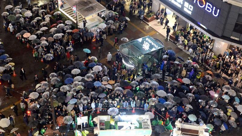 衆院選の街頭演説に集まる聴衆=東京都豊島区で2017年10月21日、渡部直樹撮影