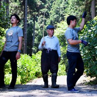 アジサイの咲き具合を確かめる南澤さん(中央)。杖を片手に、高水さん(左)と南嶋さんに手ほどきする=東京都あきる野市で2020年6月10日午前11時49分、滝川大貴撮影