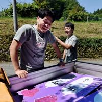新型コロナウイルスの感染防止のため、訪れる人が住民に道を尋ねないように道中に看板を用意する高水さん(左)と南嶋さん=東京都あきる野市で2020年6月10日、滝川大貴撮影