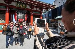 外国人観光客の数が元に戻るのには時間がかかりそうだ (Bloomberg)