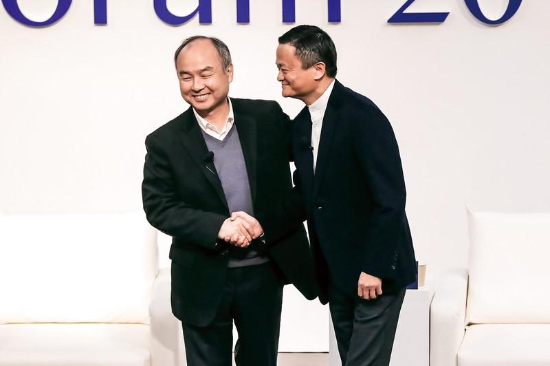 アリババ創業者で盟友のジャック・マー氏(右)と孫正義社長(東京都内で) (Bloomberg)