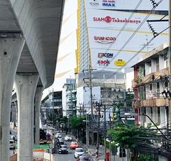 高島屋が入居するアイコンサイアム前で建設が進む効果モノレール(バンコク) NNA撮影