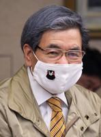 Kumamoto Gov. Ikuo Kabashima is seen sporting a mask embroidered with an image of prefectural bear mascot Kumamon, at the prefectural government headquarters in Kumamoto's Chuo Ward on May 26, 2020. (Mainichi/Hayato Jojima)