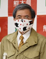 Kumamoto Gov. Ikuo Kabashima is seen wearing a mask with a design featuring prefectural bear mascot Kumamon and apples, at the prefecture headquarters in Kumamoto's Chuo Ward on May 14, 2020. (Mainichi/Hayato Jojima)
