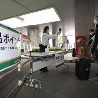 試合会場の報道受付で行われた検温=東京・味の素スタジアムで2020年6月27日、宮武祐希撮影