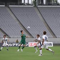 【東京ヴ―町田】前半、J2が再開して無観客の中で競り合う東京ヴと町田の選手たち=東京・味の素スタジアムで2020年6月27日、宮武祐希撮影