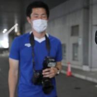 Jリーグ再開の東京ヴと町田の試合開始前、報道受付で行われた検温=東京・味の素スタジアムで2020年6月27日、宮武祐希撮影