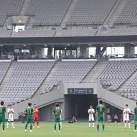 【東京ヴ―町田】試合開始前、医療従事者に感謝の意を込めて拍手する東京ヴと町田の選手たち=東京・味の素スタジアムで2020年6月27日、宮武祐希撮影