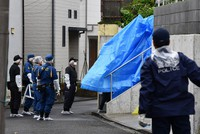 Police officers investigate a house where a 2-year-old boy was allegedly suffocated by his mother after being wrapped in a futon mattress, in the Tokyo suburban city of Machida on June 24, 2020. (Mainichi/Daiki Takikawa)
