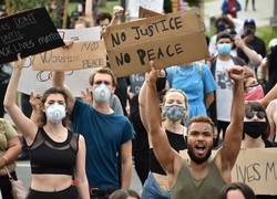 人種差別や警察の暴力に抗議する市民ら=米カリフォルニア州ロサンゼルスで2020年6月2日午後6時3分、福永方人撮影