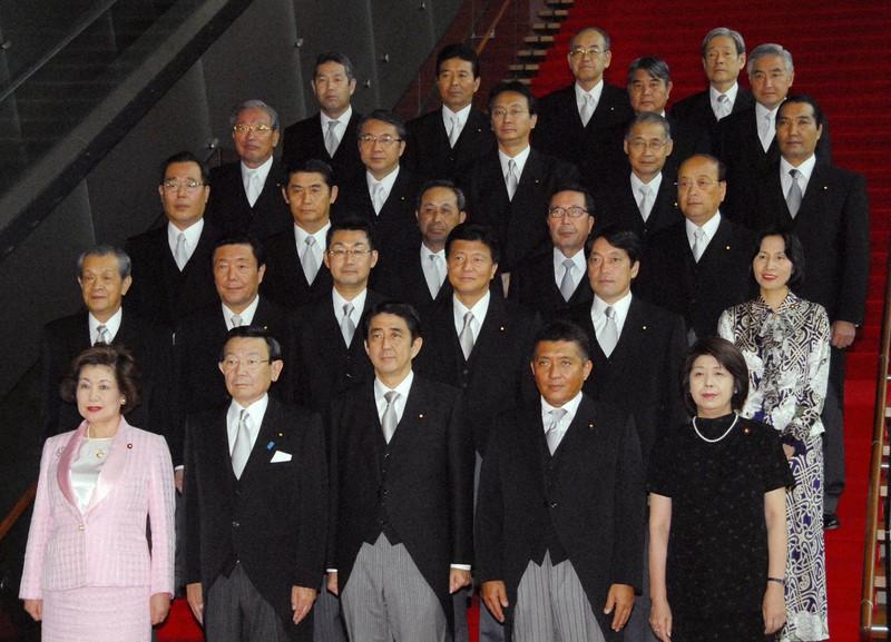 第一次安倍政権の顔ぶれ。2列目左から3人目が河井克行氏(当時副法相)=首相官邸で2007年8月29日午後0時49分、藤井太郎撮影