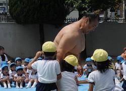 立浪部屋の力士・華吹さんに体当たりする園児ら=岐阜市入舟町のかぐや第一幼稚園で2012年7月24日、立松勝撮影