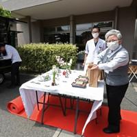 「KITCHENCAR′S CONNECT(キッチンカーズ コネクト)」の第2回はグリルトウキョウがローストビーフとグリルチキンのコンビ弁当を届けた。レッドカーペットを歩き弁当を受け取る人たちは笑顔を見せた=埼玉県所沢市の所沢ロイヤル病院で2020年5月28日、竹内紀臣撮影