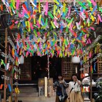 如意輪寺の境内で涼やかな音を響かせる、願い事が書かれた風鈴=福岡県小郡市で2020年6月29日、田鍋公也撮影