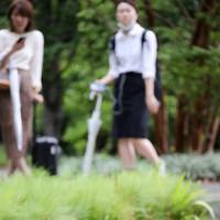 グランフロント大阪の敷地内を泳ぐカルガモの親子=大阪市北区で2020年6月30日午後0時41分、菱田諭士撮影