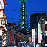 「大阪モデル」に基づき緑色にライトアップされていた通天閣=大阪市浪速区で2020年6月30日午後7時29分、猪飼健史撮影