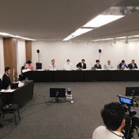 8候補が参加した東京都知事選の討論会=2020年6月28日、大場伸也撮影