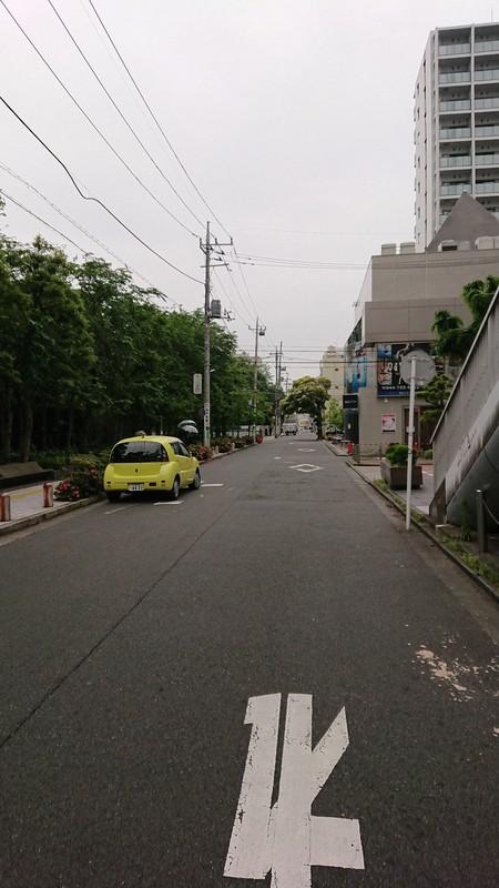 日本医大武蔵小杉病院へと続く道。真っすぐ歩くと左手に見えてくる。病院へ向かうときは「人工透析導入を宣告されるのではないか」という恐怖におびえていた=倉岡一樹撮影