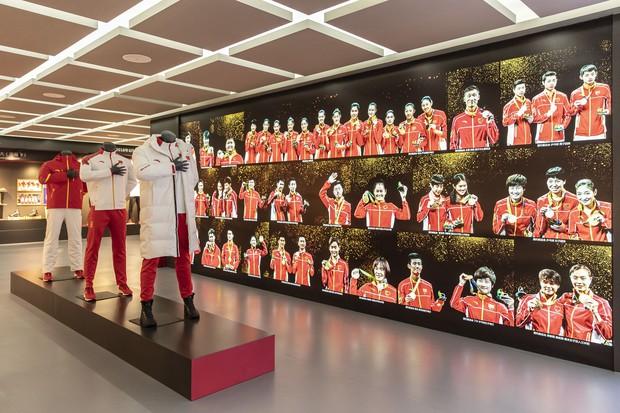 アンタ・スポーツのスポーツウエアの展示 Bloomberg