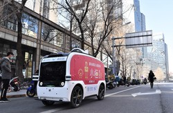 北京の繁華街を無人走行する「小垣水餃」の自動配送車 今年3月20日、筆者撮影