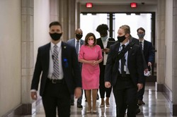ペロシ議長(後列中央)は服と同色のマスクを日替わりで着用 (Bloomberg)