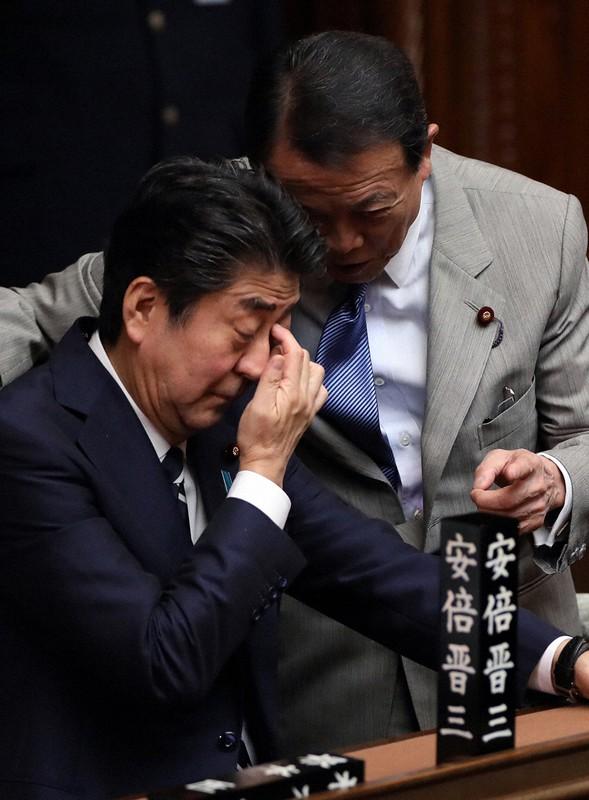麻生太郎副総理兼財務相(右)には安倍晋三首相が解散に前向きでないことへの焦りがあるように見える(国会内で6月26日)