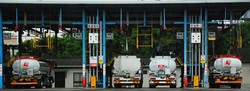 ENEOSとコスモ石油が共同出資する西日本の油槽所では、出光のタンクローリー(右端と左端)もガソリンを調達している=2020年6月18日、遠藤浩二撮影(画像の一部を加工しています)