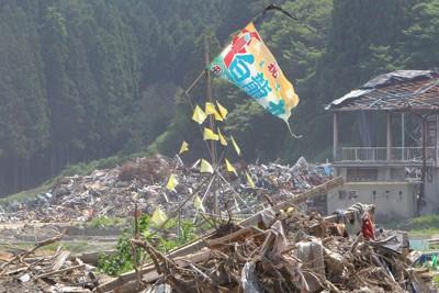 震災からまもなく4カ月。がれきの中で風にたなびく大漁旗=岩手県陸前高田市気仙町で2011年7月9日午後1時35分、長谷川直亮撮影