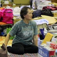 難病の夫と避難所での生活が続く女性=岩手県釜石市で2011年7月10日、長谷川直亮撮影